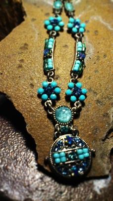 Colores_y_punto_azul_turquesa_colgante_piedra_marron